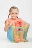 一个箱子的快乐的女孩玩具的 库存图片