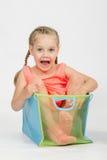 一个箱子的愉快的女孩玩具的 免版税库存图片
