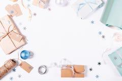 一个箱子的顶视图有礼物和圣诞节装饰的 库存图片