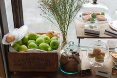 一个箱子苹果和面包店 库存照片