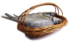 一个篮子的被盐溶的和干鱼河在白色背景。 免版税库存图片