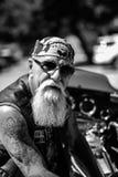 一个粗砺和年迈的骑自行车的人 免版税图库摄影