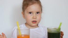 一个素食孩子吃水果和蔬菜-红萝卜和猕猴桃,喝圆滑的人 股票视频
