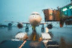 一个繁忙的机场在雨中 库存图片