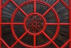 一个红色伪造的金属门的细节 免版税图库摄影