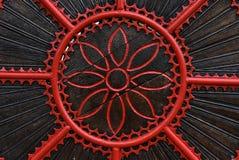 一个红色伪造的金属门的细节 免版税库存照片