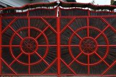 一个红色伪造的金属门的细节 库存照片