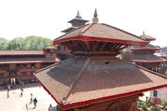 一个红色印度寺庙屋顶在Patan,尼泊尔 免版税库存图片