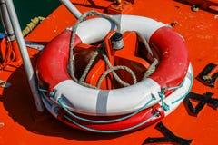 一个红色和白色weatherd救生带(浮力援助)的特写镜头  免版税库存图片