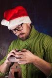 一个红色圣诞老人帽子的有胡子的人, 免版税库存图片