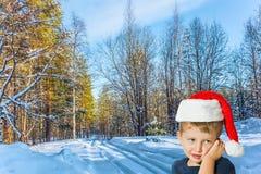一个红色圣诞老人帽子的男孩 免版税图库摄影