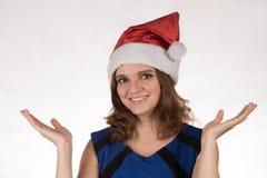 一个红色圣诞节帽子的女孩激动在他的另外滑稽的 免版税图库摄影