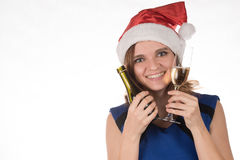 一个红色圣诞节帽子的年轻美丽的女孩有一杯的可汗 免版税库存图片
