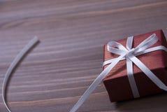 一个红色圣诞节礼物,礼物,白色丝带,拷贝空间 库存图片