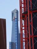 一个红色塔和一个蓝色摩天大楼 免版税图库摄影
