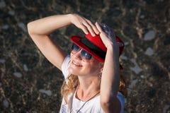 一个红色帽子的女孩 免版税库存图片