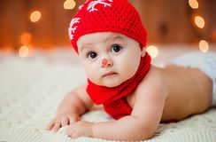 一个红色帽子的小男孩 免版税库存图片