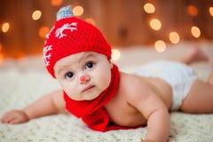 一个红色帽子的小男孩 免版税库存照片