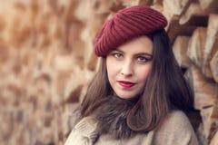 一个红色帽子的美丽的少妇 库存照片