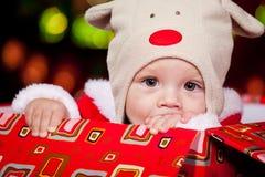 一个红色当前配件箱的婴孩 免版税库存图片