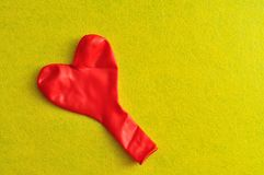 一个红色心脏形状气球 免版税库存图片
