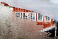一个红色房子的反射在水中 免版税库存图片