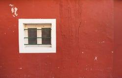 从一个红色房子的小窗口在Burano海岛,威尼斯 免版税图库摄影