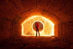 一个红色敞篷的一个人打开了门户,火花圈子, 库存照片