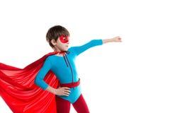 一个红色斗篷的男孩超级英雄 免版税库存照片