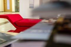 一个红色沙发的特写镜头透视射击-在沙发边缘的焦点  库存照片