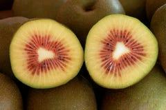 一个红色猕猴桃的部分切成了两半 库存照片