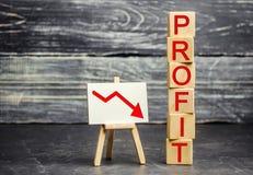 一个红色箭头击倒的和题字'赢利' 不成功的事务和贫穷 赢利衰落 投资损失  低工资 库存图片