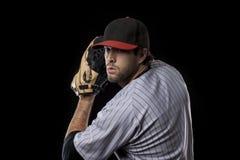 一个红色统一的棒球运动员。 免版税库存照片