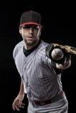 一个红色统一的棒球运动员。 免版税图库摄影