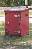 一个红色老生锈的岗位offcie岗位箱子存储单元的侧视图的关闭 图库摄影
