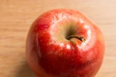 一个红色苹果的宏观射击 免版税库存图片