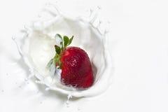 草莓做飞溅。 免版税图库摄影