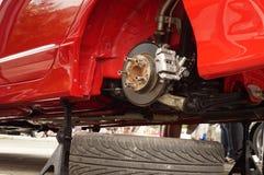一个红色车胎的轮子取消了显示圆盘制动器 免版税库存图片