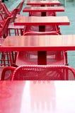 一个红色酒吧的表 免版税库存图片