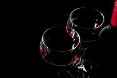 一个红葡萄酒瓶和两块玻璃的细节与空间文本的 图库摄影