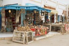 一个纪念品店入口的外部在杰姆,突尼斯 库存照片