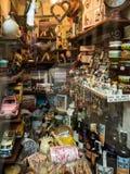 一个纪念品店的店面在Rupit加泰罗尼亚的村庄我 免版税库存照片