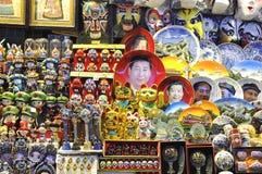 一个纪念品摊位在卖习近平的北京夜市场上盘面和其他拙劣的文学作品垃圾 库存照片