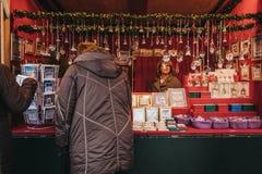 一个纪念品摊的人们在美泉宫,维也纳,奥地利的圣诞节和新年的市场里面 库存图片