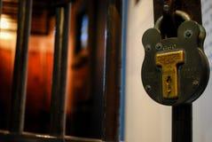 一个细胞的门在一所老监狱 库存图片