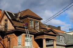 一个经典大厦的盖屋顶的人 库存照片