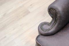 一个经典皮椅的扶手的片段有装饰的 家具产业 r 文本的自由空间 免版税库存图片
