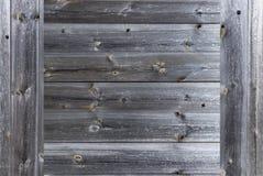 一个经验丰富的老灰色木篱芭特写镜头的框架 免版税库存照片