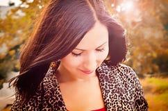 一个结构的女孩在秋天 免版税图库摄影