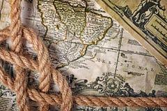 一个绳索海结的特写镜头视图在一张老减速火箭的地图的 免版税库存图片